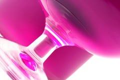 Magenta vloeistof in een glas Stock Afbeeldingen