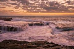 Magenta zonsopgangzeegezicht Royalty-vrije Stock Afbeelding
