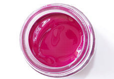 Magentafärgad färggouache i den glass kruset Arkivbild