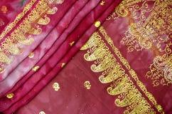 Magentafärgad rosa indisk sari med den guld- Paisley modellen Royaltyfria Bilder