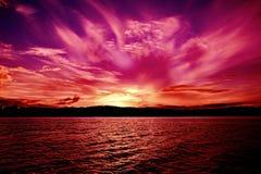 Magentafärgad strålhavsolnedgång australasian arkivbild