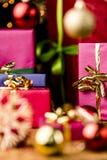 Magentafärgade och blåa gåvor under guld- blänker Royaltyfri Bild