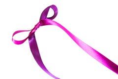 Magentafärgat (purpurfärgat) tygband och pilbåge som isoleras på en vit bakgrund Royaltyfri Bild