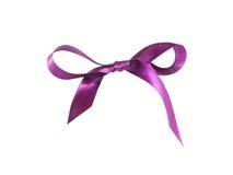 Magentafärgat (purpurfärgat) tygband och pilbåge som isoleras på en vit bakgrund Fotografering för Bildbyråer