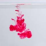 Magentarote Acryltinte im Wasser Lizenzfreie Stockfotografie