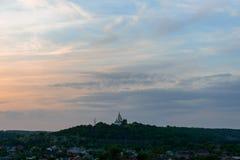 Magentaroter Himmel Poltava Ukraine des Sonnenuntergangs der orthodoxen Kirche lizenzfreies stockbild
