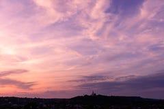 Magentaroter Himmel Poltava Ukraine des Sonnenuntergangs der orthodoxen Kirche lizenzfreie stockfotografie