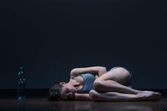 Mager flicka som ligger på golv Fotografering för Bildbyråer