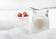 Mager hemlagad yoghurt med nya jordgubbar på en ljus woode Fotografering för Bildbyråer