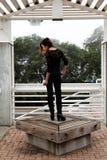 Magere Aziatische Amerikaanse Vrouw die Zwarte Broek bevinden zich Stock Afbeelding