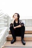 Magere Aziatische Amerikaanse Vrouwenzitting op in openlucht Treden Stock Foto
