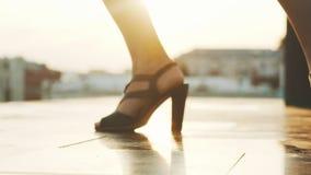 Magere benen en voeten van jonge vrouw in hoge hielen die - aantrekkelijke stappen uitvoeren stock video