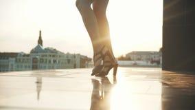 Magere benen van jonge vrouw in hoge hielen die - aantrekkelijke stappen uitvoeren stock footage