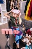 Magere stilist die roze baret dragen terwijl het filmen van blog op telefoon stock afbeeldingen