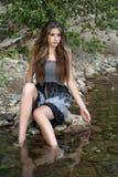 Magere vrouw door de rivier stock foto's