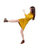 Magere vrouwen grappige strijden die zijn armen en benen golven royalty-vrije stock foto