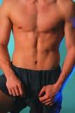 Magerer männlicher Torso in Blau 2 stockfoto