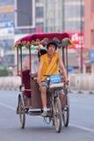 Magerer Mann auf einer Rikscha mit Passagier, Peking, China stockfotos