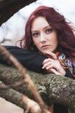 Mageres otdoor Porträt der recht jungen Frau der blauen Augen am Baumastwinter oder am kalten Tag des Herbstes lizenzfreie stockfotos