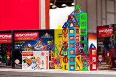 Magformers哄骗磁铁建设者比赛 Magformers是在磁性大厦玩具的行业领袖孩子的 库存图片