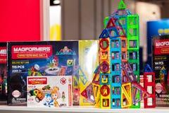 Magformers żartuje magnesu konstruktora grę Magformers jest liderem przemysłu w magnesowych budynek zabawkach dla dzieci Zdjęcie Stock