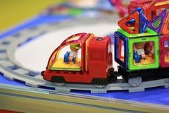 Magformers -磁性建筑玩具,被设置的题材-在显示的玩具铁路火车在商店 免版税库存照片