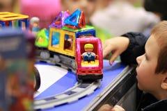 Magformers -磁性建筑玩具,被设置的题材-在显示的玩具铁路火车在商店 库存照片