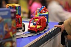 Magformers -磁性建筑玩具,被设置的题材-在显示的玩具铁路火车在商店 免版税库存图片