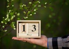 13 maggio buona Festa della Mamma messaggio con il calendario di legno Fotografie Stock