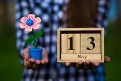 13 maggio buona Festa della Mamma messaggio con il calendario di legno Fotografia Stock Libera da Diritti