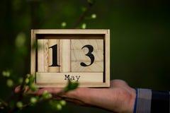 13 maggio buona Festa della Mamma messaggio con il calendario di legno Fotografia Stock