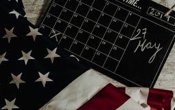 27 maggio data in calendario sotto la bandiera degli stati americani e tutta sulla tavola di legno fotografia stock