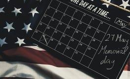 27 maggio, Giorno dei Caduti, in calendario sulla bandiera degli stati americani fotografie stock