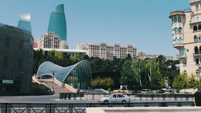 MAGGIO 9,2017 - L'AZERBAIGIAN, BACU: Il ` famoso delle torri della fiamma del ` nella capitale Bacu del ` s dell'Azerbaigian Alti stock footage
