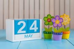 24 maggio L'immagine di può 24 calendari di legno di colore su fondo bianco con i fiori Giorno di primavera, spazio vuoto per tes Fotografia Stock
