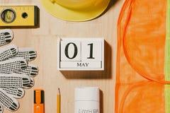 1° maggio l'immagine di può 1 calendario di legno dei blocchetti di bianco con constr Fotografia Stock