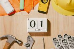 1° maggio l'immagine di può 1 calendario di legno dei blocchetti di bianco con constr Fotografia Stock Libera da Diritti