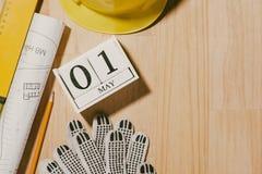 1° maggio l'immagine di può 1 calendario di legno dei blocchetti di bianco con constr Immagine Stock