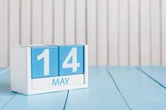 14 maggio L'immagine di può calendario di legno di colore 14 su fondo bianco Fotografia Stock