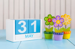 31 maggio l'immagine di può calendario di legno di colore 31 su fondo bianco con i fiori La primavera scorsa giorno, estremità di Fotografia Stock Libera da Diritti