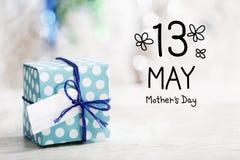 13 maggio messaggio di giorno di madri con il contenitore di regalo Fotografia Stock Libera da Diritti