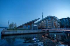 7 maggio 2016, Oslo Norvegia, viaggiatori al ponte di Aker a Oslo immagine stock