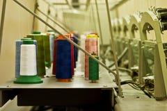 19 maggio 2017, primo piano multicolore dei fili alla fabbrica dell'indumento nella città ucraina di Balta Immagine Stock