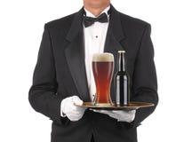 Maggiordomo con birra sul cassetto fotografia stock libera da diritti