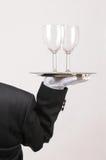 Maggiordomo con i vetri di vino sul cassetto immagine stock