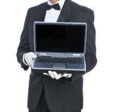Maggiordomo con il computer portatile fotografie stock libere da diritti