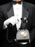 Maggiordomo con il telefono di manopola immagini stock libere da diritti