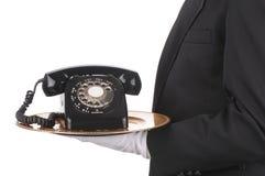 Maggiordomo con il telefono sul cassetto fotografia stock libera da diritti