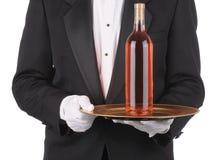 Maggiordomo con la bottiglia di vino sul cassetto immagini stock libere da diritti