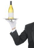 Maggiordomo con la bottiglia di vino sul cassetto fotografia stock libera da diritti